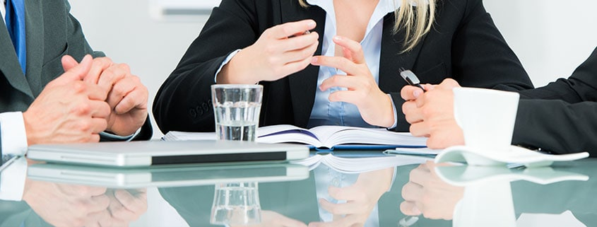 Claudia Behrens-Schneider - Seminare - Beratung - Coaching - Gauting - 3 Personen sitzen für eine Besprechung am Tisch