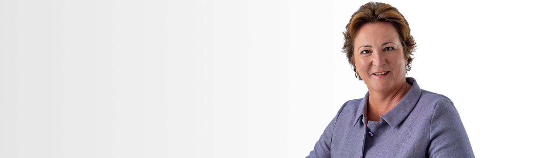 Claudia Behrens-Schneider - Seminare - Beratung - Coaching - Gauting - Portrait mit lila Jacke